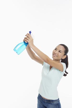 spr�hflasche: Frau h�lt eine Spr�hflasche Lizenzfreie Bilder