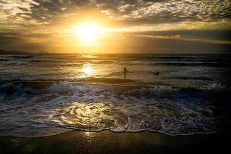 일몰시 하얀 모래 해변의보기