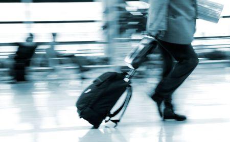 gente aeropuerto: el interior del aeropuerto de pudong en shanghai china.  Editorial