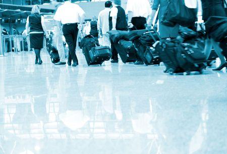 gente aeropuerto: el interior del aeropuerto de pudong en shanghai de china.