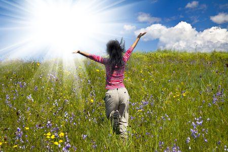 manos levantadas al cielo: la chica en el Prado al aire libre