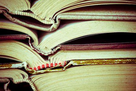 portadas de libros: Una gran pila de viejos libro en casa.