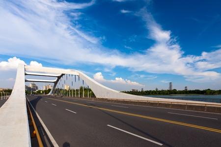 weg door de brug met blauwe hemel achtergrond van een stad. Stockfoto