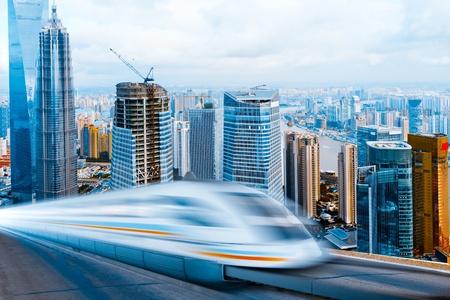 sehr Hochgeschwindigkeitszug gehen durch das Shanghai Lujiazui Finanzzentrum.