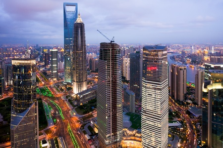 architectonic: Vogel uitzicht op Shanghai China. Wolkenkrabber in aanbouw in de voorgrond. Mist, regen en vervuiling. Bund (Pudong) gebied