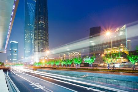 A luz arrasta no fundo moderno edifício em Xangai, China.