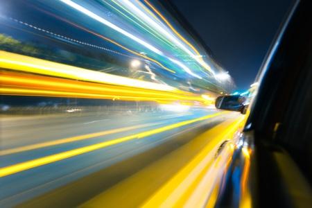 Ansicht von der Seite des Autos Los um Ecke, Bewegungsunschärfe