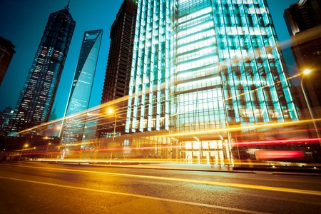 das Licht Wanderwege auf dem modernen Gebäude Hintergrund in Shanghai China.