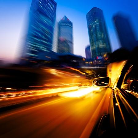 Beschleunigung Auto durch die Straßen von Shanghai China in der Nacht.