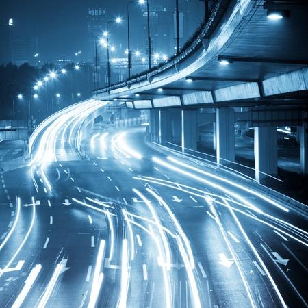 Megacity Autobahn bei Nacht mit Lichtspuren in Shanghai China.