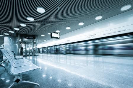 Bank in der Halle der Shanghaier U-Bahn-Station. Lizenzfreie Bilder