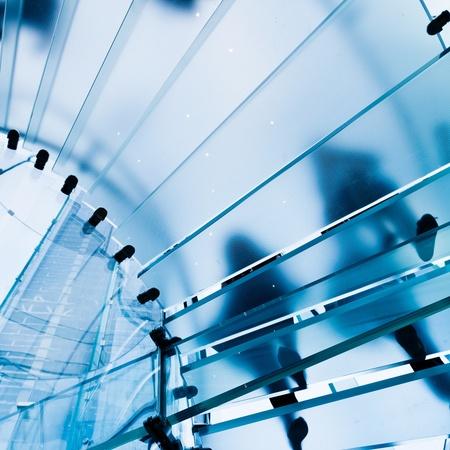 Modern Glass Staircase Silhouette des Gehens Menschen in Shanghai, China. Lizenzfreie Bilder
