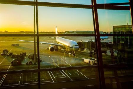 gente aeropuerto: Estacionado avi�n en el aeropuerto de Shanghai a trav�s de la ventana de la puerta.