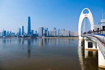 Zhujiang River und modernes Gebäude im Bankenviertel von in Guangzhou China.