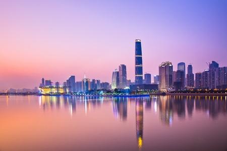 주강 강, 광저우 중국에서 밤에 금융 지구 현대적인 건물. 스톡 콘텐츠 - 15062132