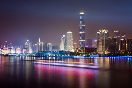 Zhujiang River und modernes Gebäude im Bankenviertel von der Nacht in Guangzhou China.