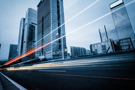 das Licht Wege auf dem modernen Gebäude Hintergrund in shanghai China.
