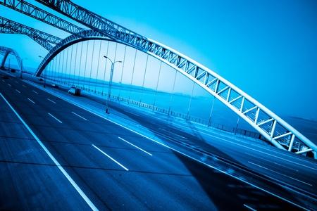 Autobahn und moderne Brücke der Stadt, blau getönten.