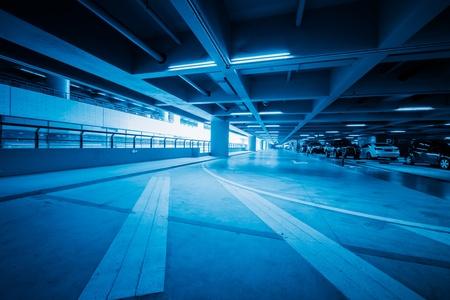 motor de carro: tráfico en el aparcamiento con tonos azul en shanghai china aeropuerto.