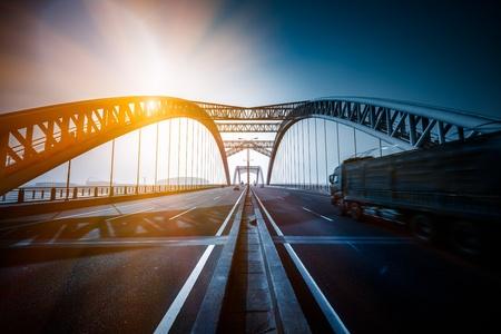 Autobahn und moderne Brücke von Stadt, blau getönt. Lizenzfreie Bilder