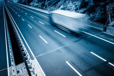 Bewegung Lastwagen auf der Autobahn.