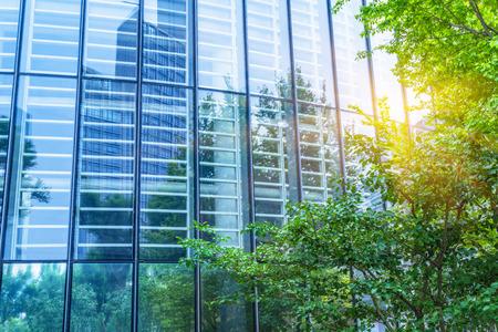 modern kantoorgebouw met groene bomen Stockfoto