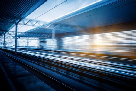 estacion de tren: tren de alta velocidad en la estación de tren, el movimiento borroso, Tianjin China. Foto de archivo