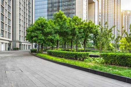 leer Pflaster und moderne Gebäude in der Stadt Standard-Bild