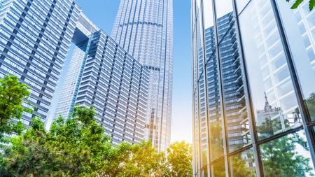 vysoký úhel pohledu: moderní kancelářská budova se zelenými stromy