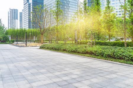 anuncio publicitario: Frente al parque verde de oficinas builings, shanghai china.