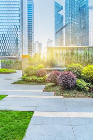 Frente al parque verde de oficinas builings, shanghai china.