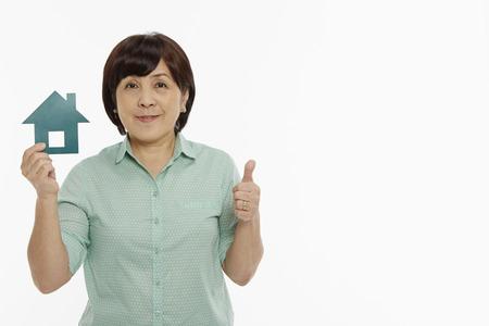 女性の家をカットを押しながら手ジェスチャーを示す