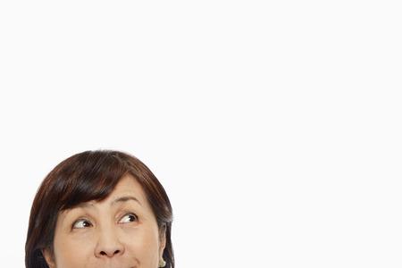 女性の顔の上の部分