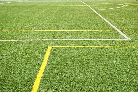 pasto sintetico: parte del campo de f�tbol con hierba verde sint�tico y Foto de archivo