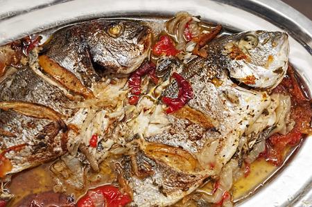 dish fish: plato de pescado, pescado a la plancha con verduras Foto de archivo