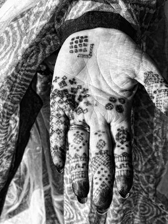 Diseños de henna (Mehandi) en una mano de niña
