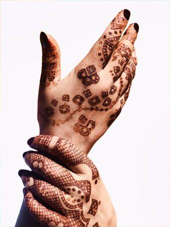 Diseños de henna (Mehandi) en una mano de niña Foto de archivo