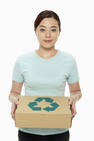 reciclable: Mujer que sostiene una caja reciclable Foto de archivo