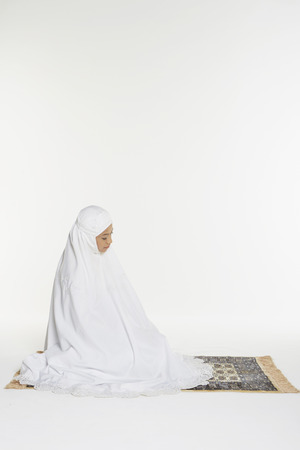 reciting: Woman performing the sitting for Tahiyyat
