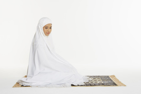reciting: Woman performing the ending salam, turning face to the right
