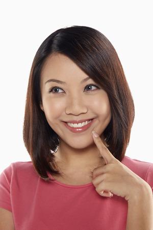 dedo indice: Mujer sonriendo mientras que soporta el dedo ?ndice