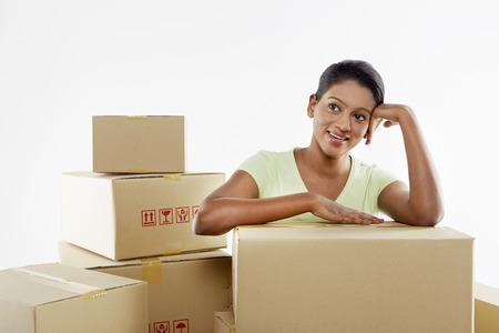 cajas de carton: Mujer sentada entre cajas de cart?n