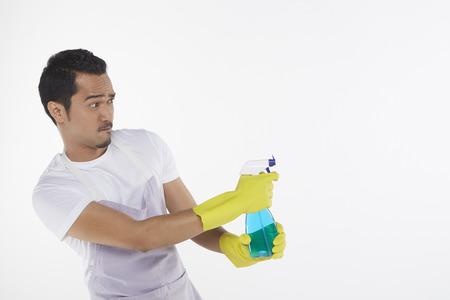 spr�hflasche: Man zeigt Spr�hflasche auf der linken Seite