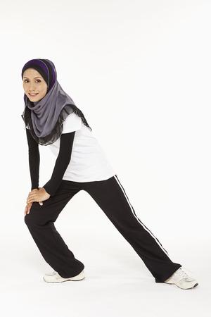 lunges: Mujer que hace estocadas, mirando hacia la derecha Foto de archivo