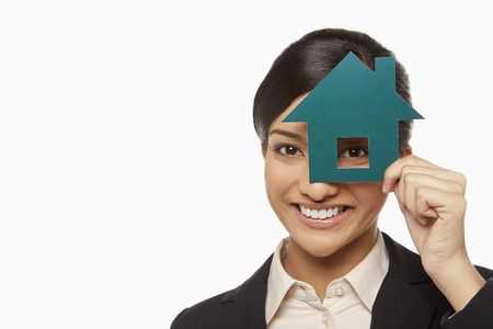ritagliare: Imprenditrice guardando attraverso una casa tagliare