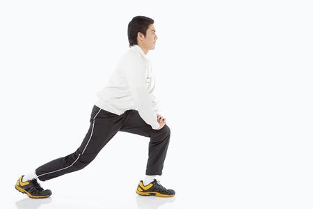 lunges: Hombre que hace estocadas, mirando hacia la derecha Foto de archivo