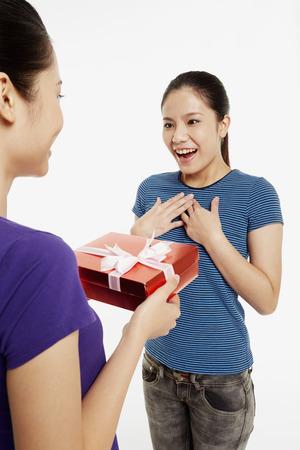 generoso: Mujer que presenta el regalo a un amigo