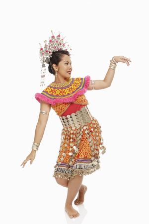 Mujer talentosa en un tradicional baile ropa Iban Foto de archivo
