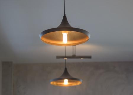 Images sombres et soft focus des lumières de plafond Banque d'images - 98224689