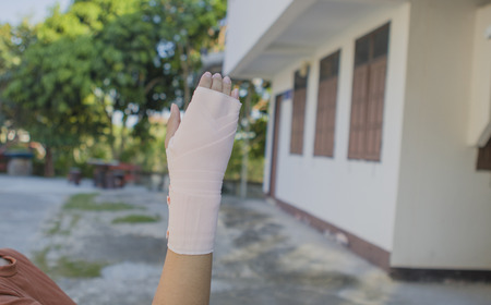 Hurt hand wrapped in bandage. Standard-Bild
